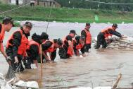 抗洪抢险百助在行动